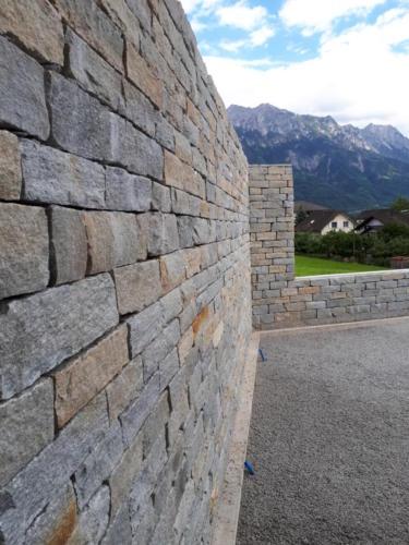 Verkleidete Betonmauer
