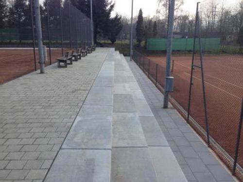 Sitzelemente Tennisplatz