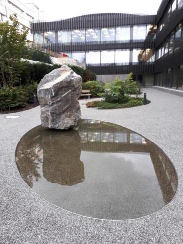 Wasserspiel aus Naturstein und Gussasphalt mit Splitt abgestreut